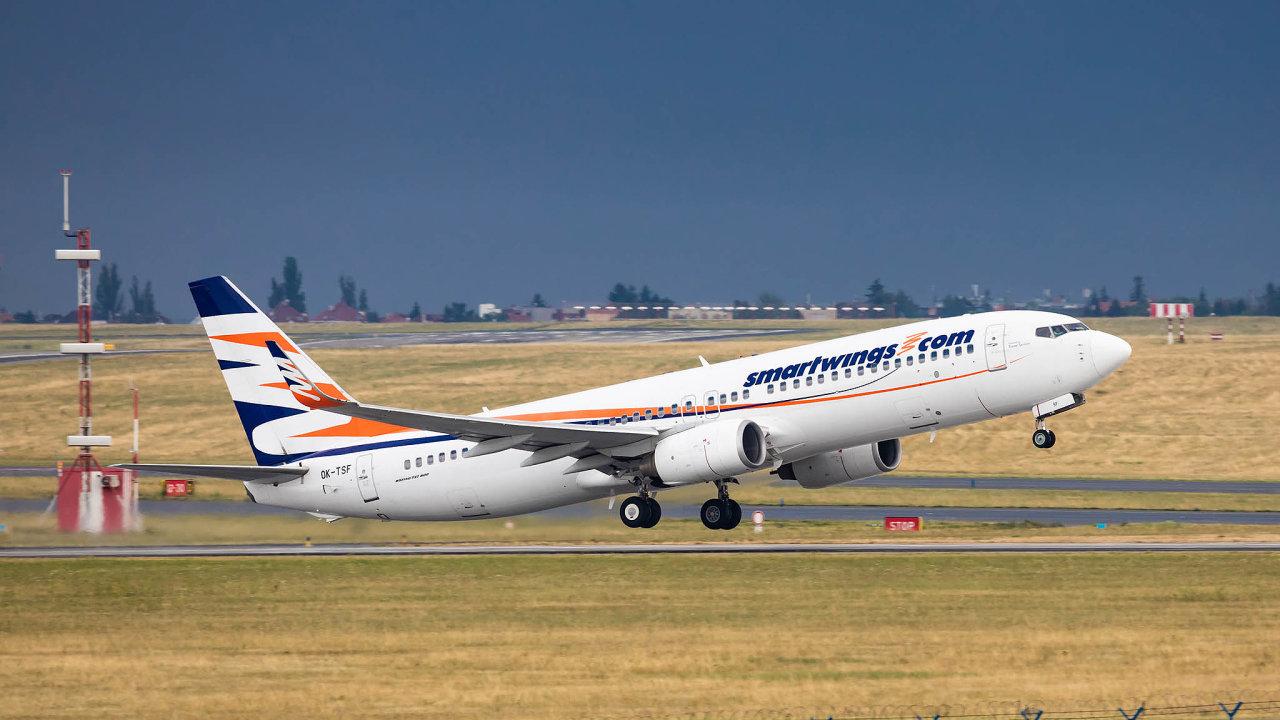 Boeing 737-800 společnosti Smartwings opouští pražské Letiště Václava Havla. Firma provozuje valnou většinu charterových letů vČesku.