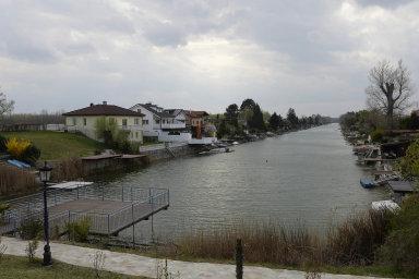 Nedokončený vodní průplav Dunaj-Odra.