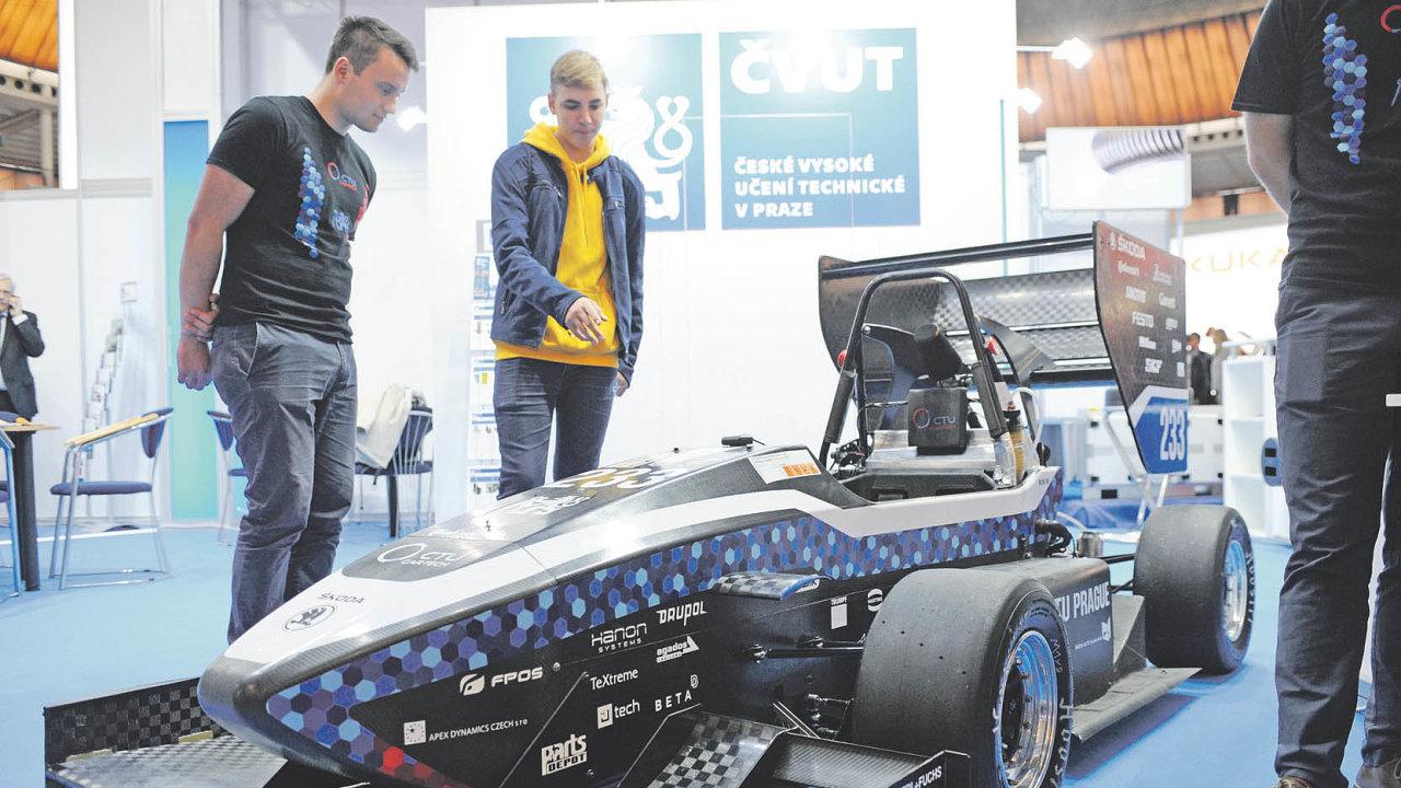 Poslední model studentské formule FS.11, který letos výborně uspěl namezinárodních závodech.