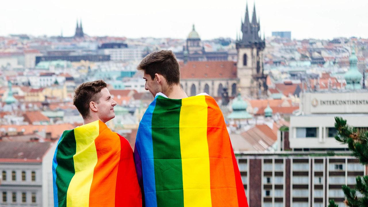 Česko si tento týden připomene počátky aktivismu zapráva sexuálních menšin, který začal před 50 lety. VPraze se už podeváté koná Prague Pride. Vsobotu vyvrcholí pochodem městem.