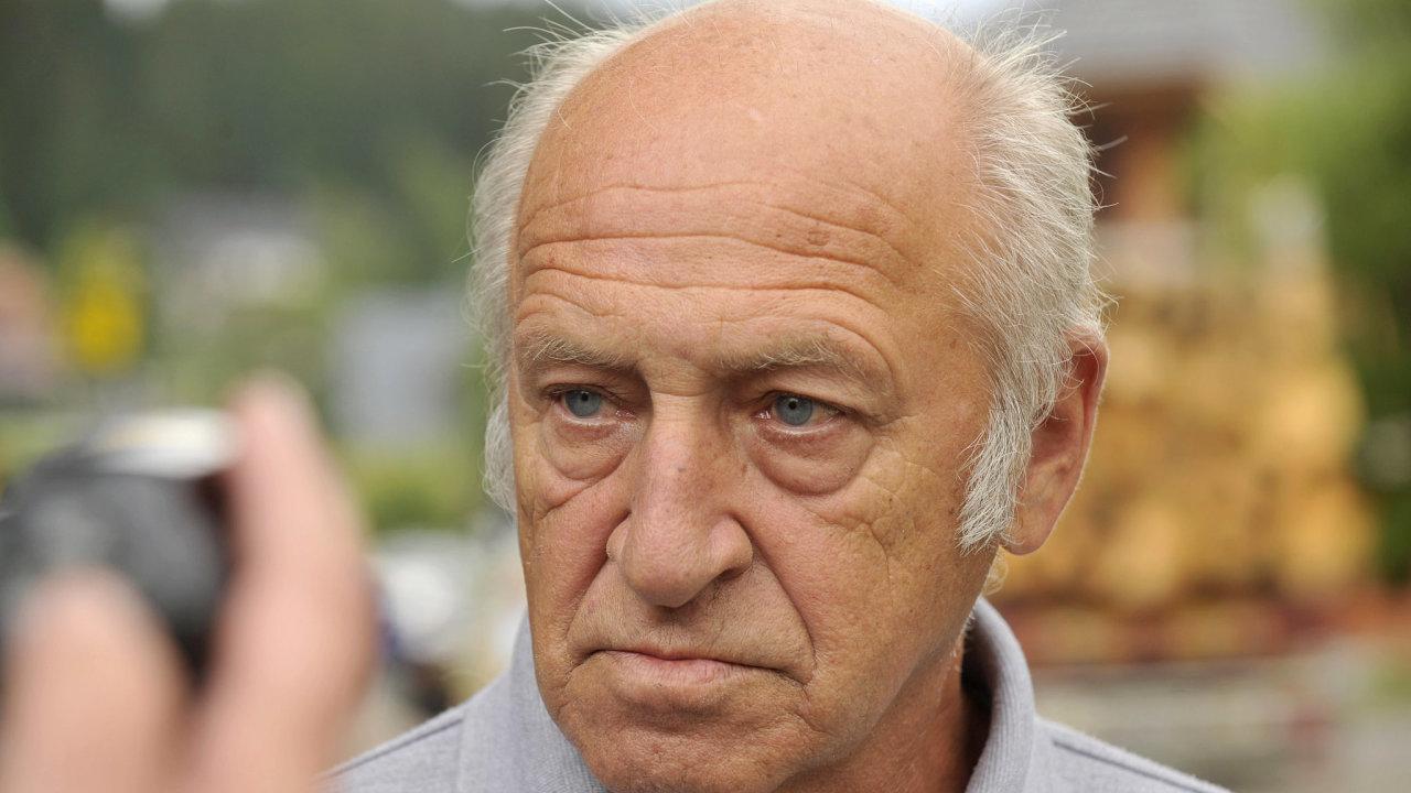 Ředitel Národního parku Šumava Jiří Stráský hovoří 25. července v Modravě na Klatovsku s novináři.