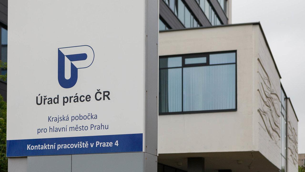 Orekordně nízký počet nezaměstnaných Čechů včervnu se podle analytiků zasloužily úřady práce, které umístily přes 9000 lidí.