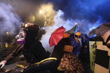Policie proti aktivistům, kteří házeli cihly a zápalné lahve, použila slzný plyn.