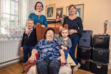 Štěpánka Petříková sdcerou Helenou Břečkovou (vpravo), vnučkou Helenou Slavíkovou apravnoučaty.