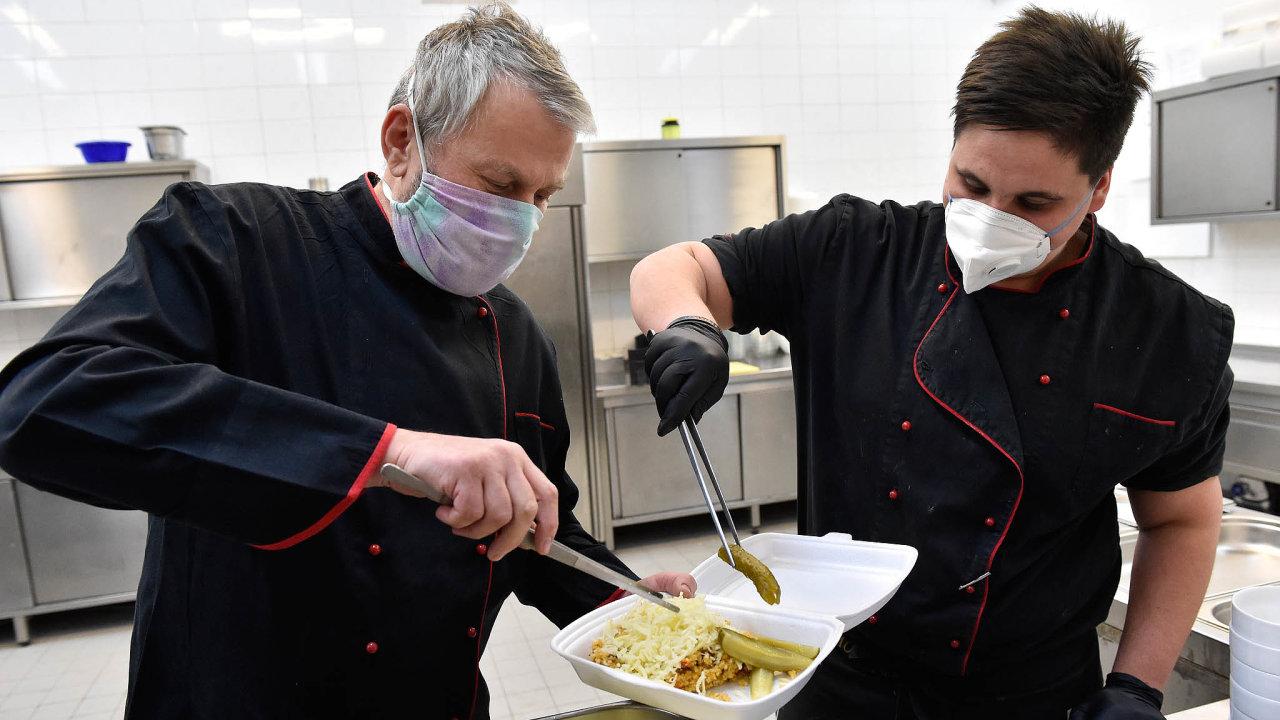 Restaurace avětšina obchodů zůstávají zavřené nejméně do1. dubna. Vkuchyni brněnského hotelu Grand nyní připravují obědy dokrabičky, které dobrovolníci vrámci akce Pomáháme si 2020 zdarma rozvážejí seniorům.