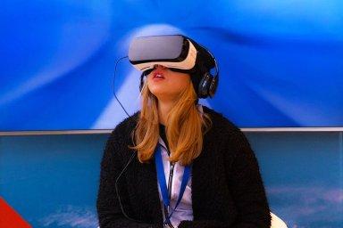 Pokud jde o zábavu a normální život, lidé si povětšinou vystačí s vlastníma očima a virtuální světy jim stačí sledovat na TV - Ilustrační foto.