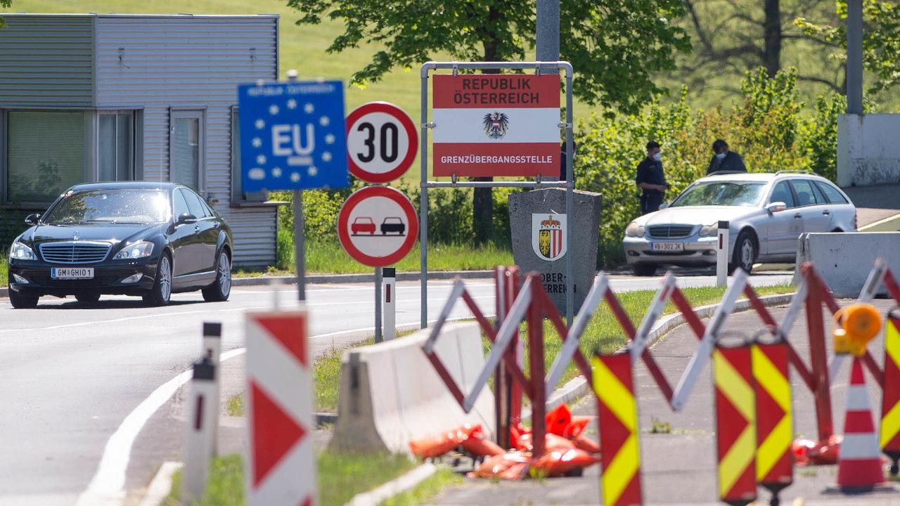 Od úterý jsou kontroly nahranicích sRakouskem aNěmeckem pouze namátkové, otevřely se všechny silniční aželezniční přechody s těmito zeměmi.
