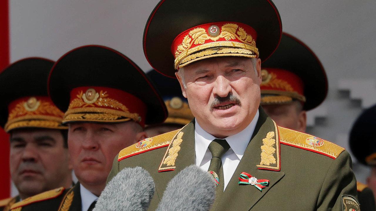 Lukašenko oblečený do uniformy odsoudil současné protesty a varoval před nebezpečím, které podle něj regionu hrozí ze strany Polska a Severoatlantické aliance. Vlají tu už polské vlajky, řekl.