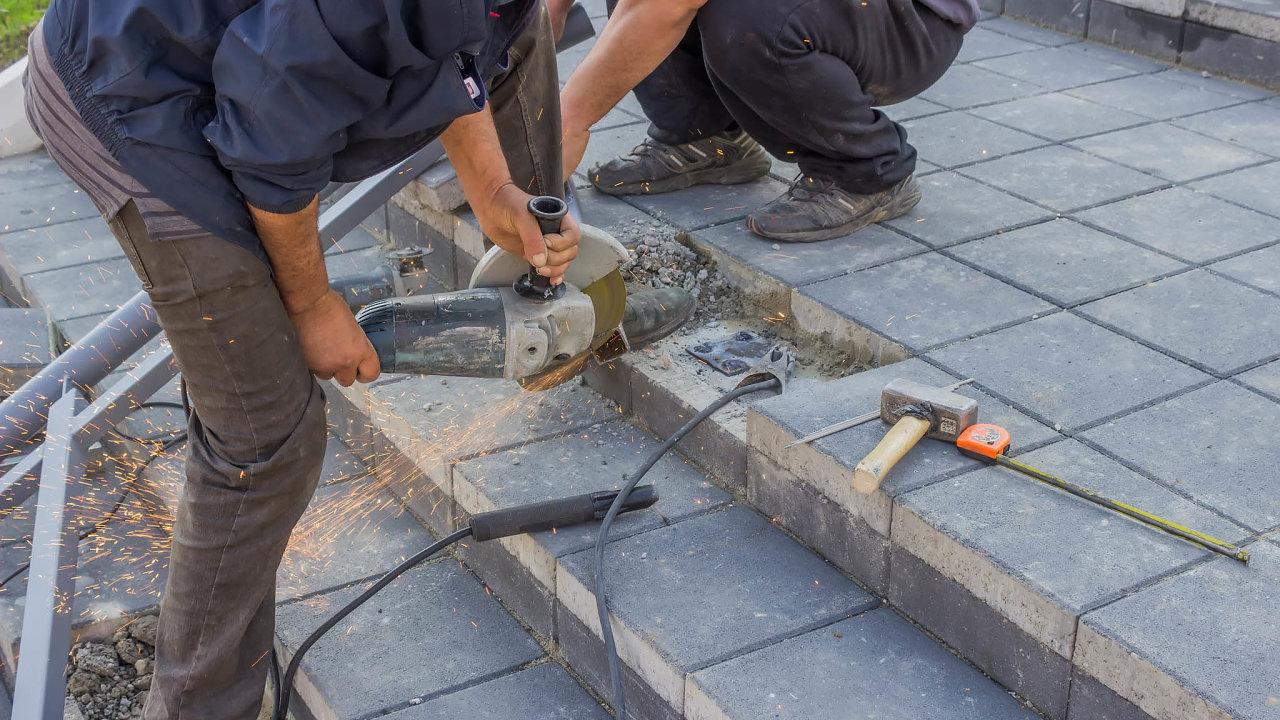 Nutné opravy: Mezi malé veřejné zakázky patří vobcích často budování zábradlí, opravy chodníků, schodišť či přechodů přes silnici.