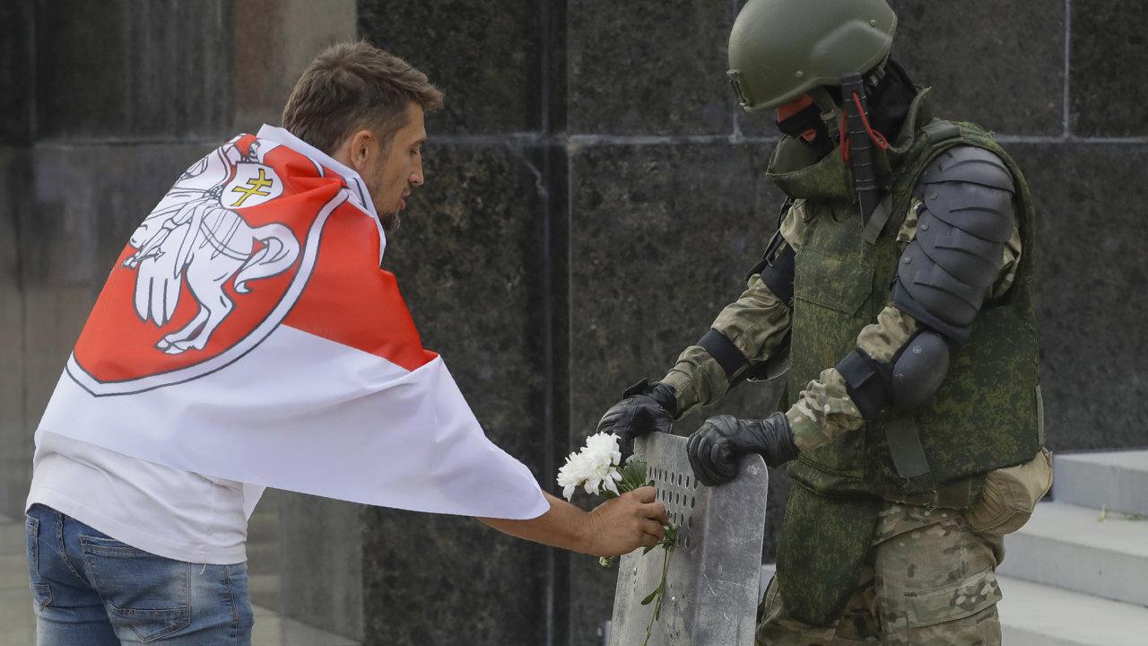 V Bělorusku pokračují demonstrace proti falšování výsledků nedělních prezidentských voleb a proti brutálnímu násilí policie vůči demonstrantům.