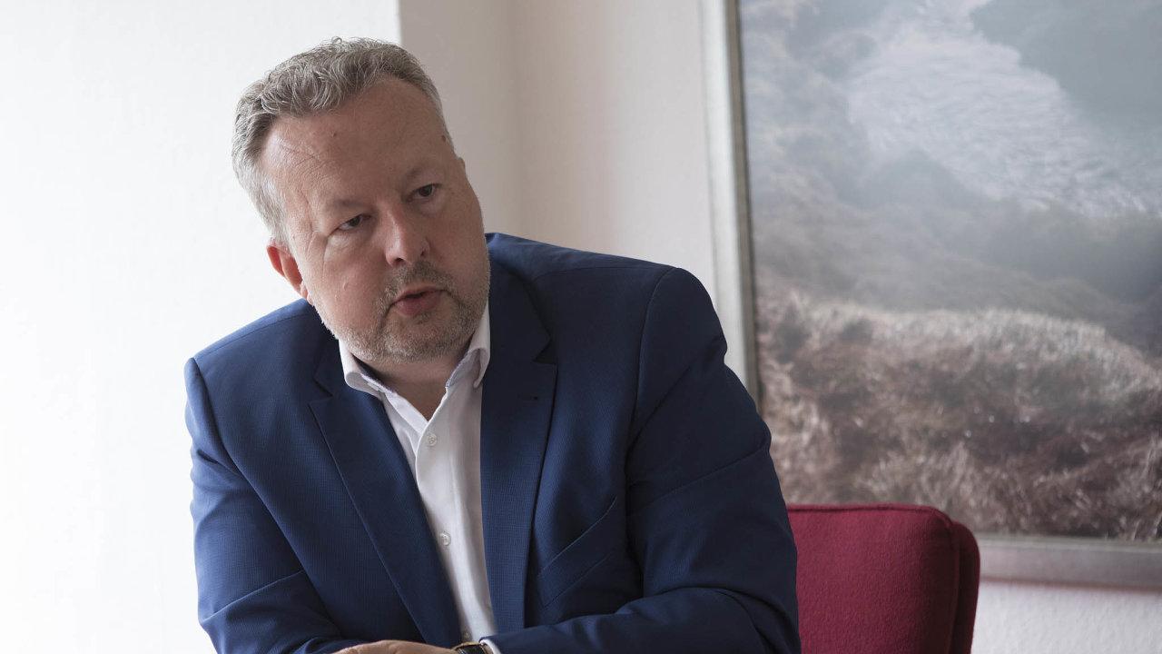Poslanecký výbor pro životní prostředí přijal usnesení, vněmž ministra Richarda Brabce (ANO) žádá, aby se zasadil osnížení limitů, pojejichž překročení musí firmy vypouštěné kyanidy hlásit.