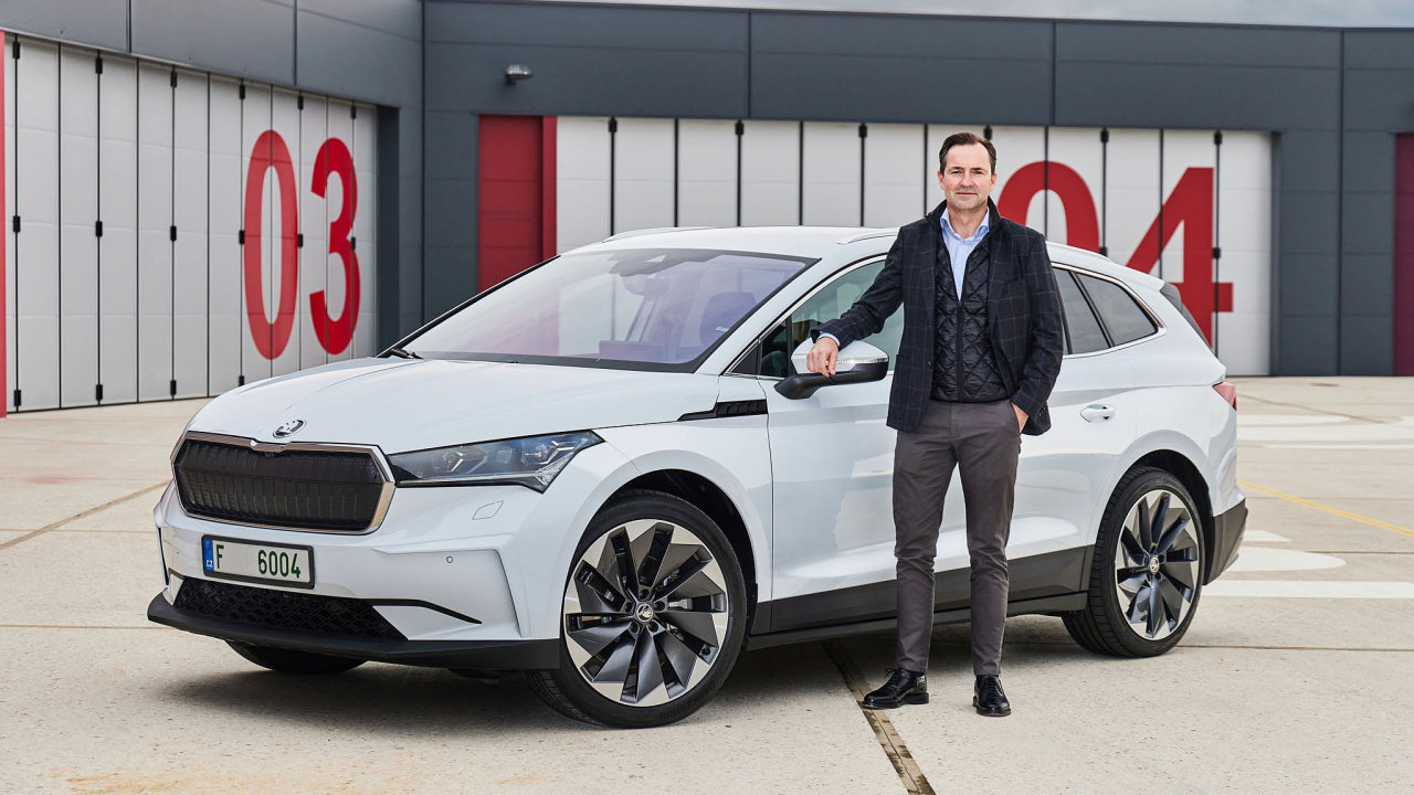 S novinkou. Thomas Schäfer přináší do Škody elektromobilitu. Zde s modelem Enyaq.