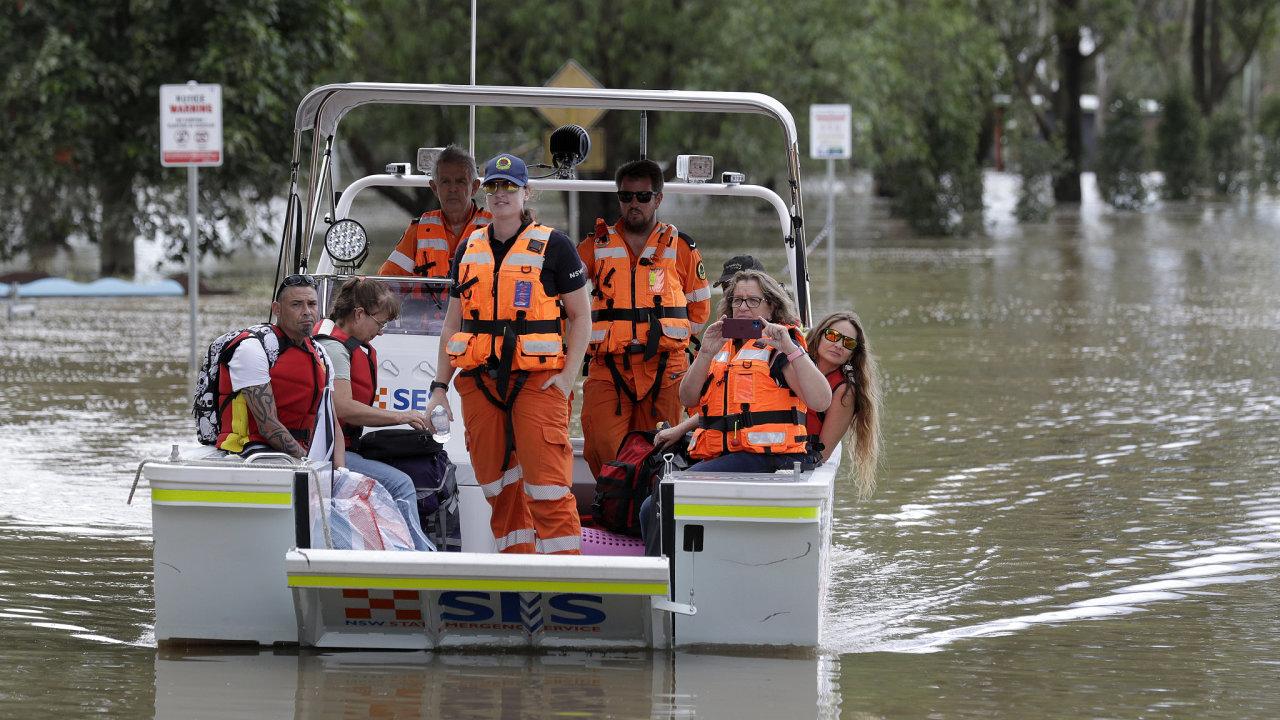 Záchranáři zasahují na rozvodněné řece Hawkesbury ve městě Windsor v australském státu Nový Jižní Wales.