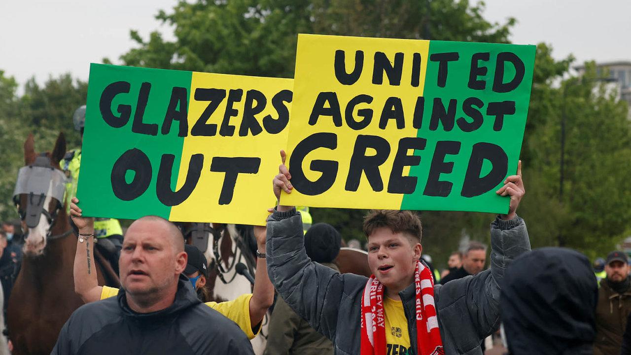 Glazerovi ven! United proti chamtivosti! Fanoušci klubu Manchester United jeho majitele, americkou rodinu Glazerů, nemají voblibě. Plánovaná účast v Superlize je ale vytočila do běla.