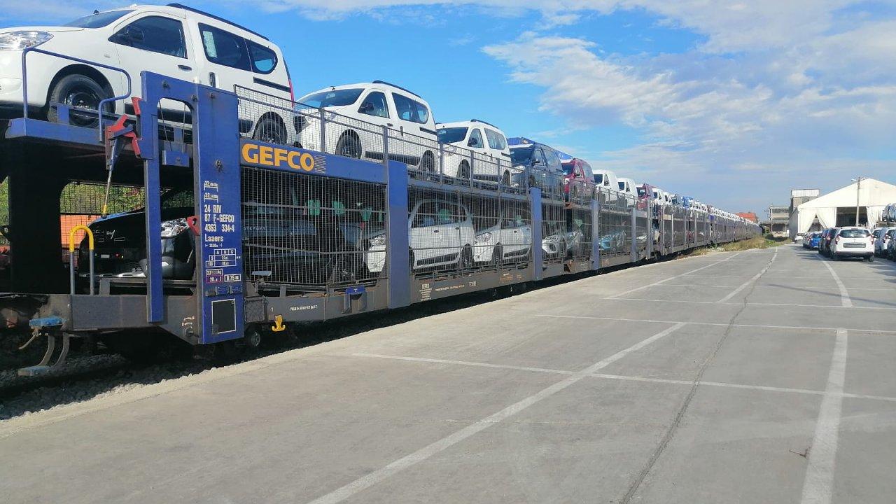 Nové automobily Dacia míří po železnici do přístavu.
