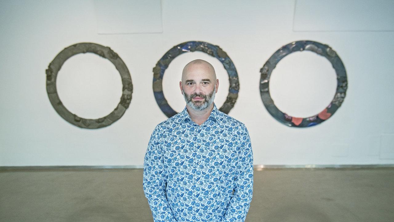 Petr Dub (* 1976) zpochybňuje tradiční vnímání obrazu. Plátno napíná třeba naodpadní materiál astříká ho průmyslovými barvami.