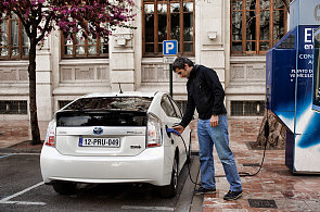 Podíl hybridů a elektromobilů na českém trhu letos přesáhl jedno procento. Mezi ojetinami zatím moc netáhnou