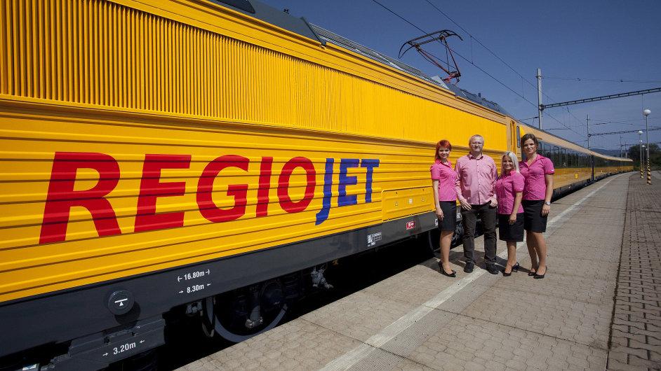 Majitel RegioJetu Radim Jančura u vlakové soupravy se stevardkami.