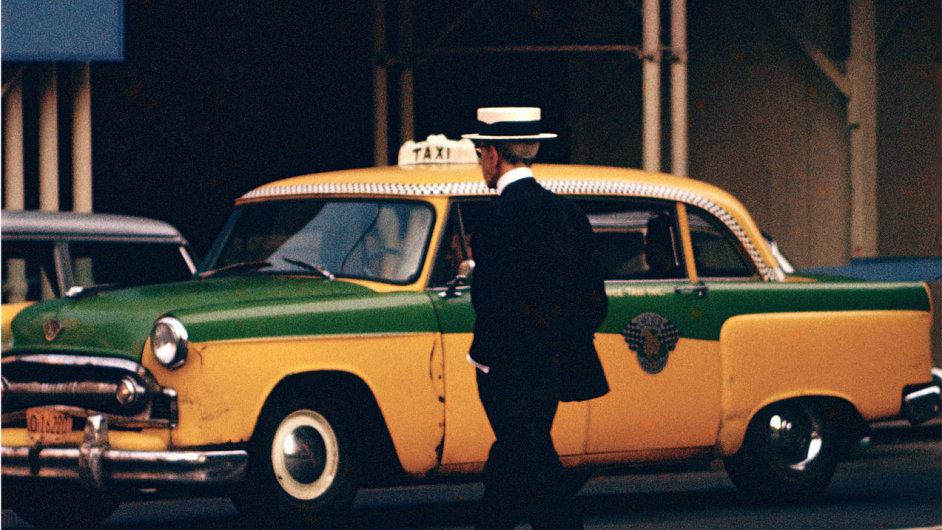 Leiterova fotografie Muž se slamákem pochází z roku 1955.