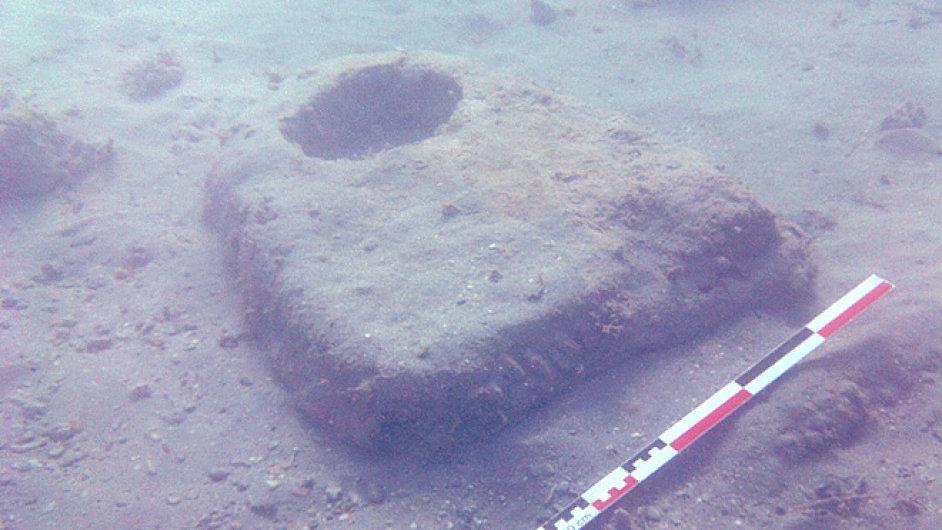 Jedna z kamenných podpěr nalezeného přístavu ve vádí el-Džarf.