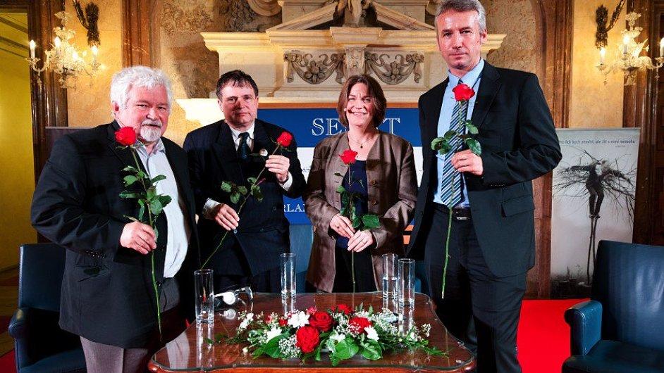 Diskuse v Senátu se zúčastnili Petr Pithart, Jan Rychlík, Mary Heimannová a Tomáš Klvaňa.