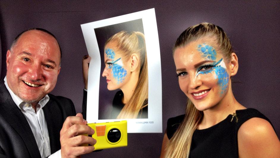 Foťák v mobilu pro profesionála? Proč ne, fotograf Radovan Šubín při českém představení telefonu Nokia Lumia 1020