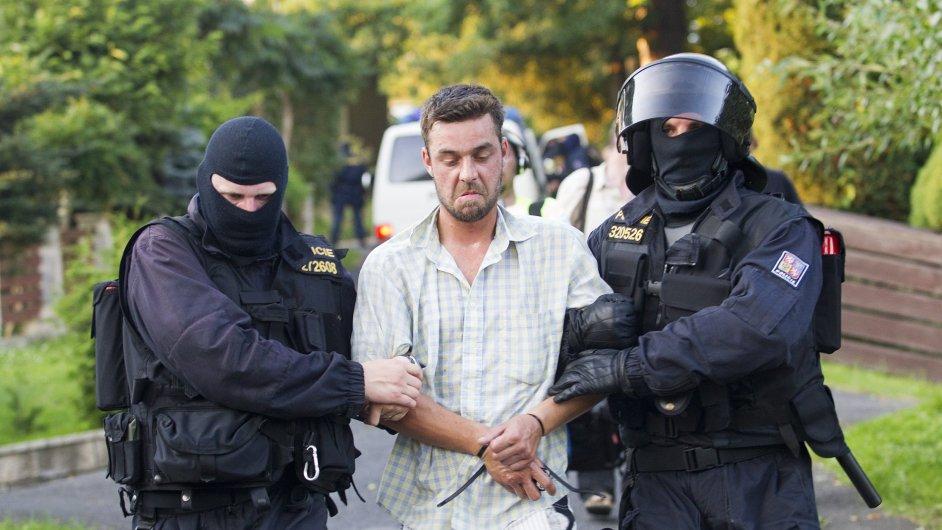 Policisté při zatýkání, ilustrační foto