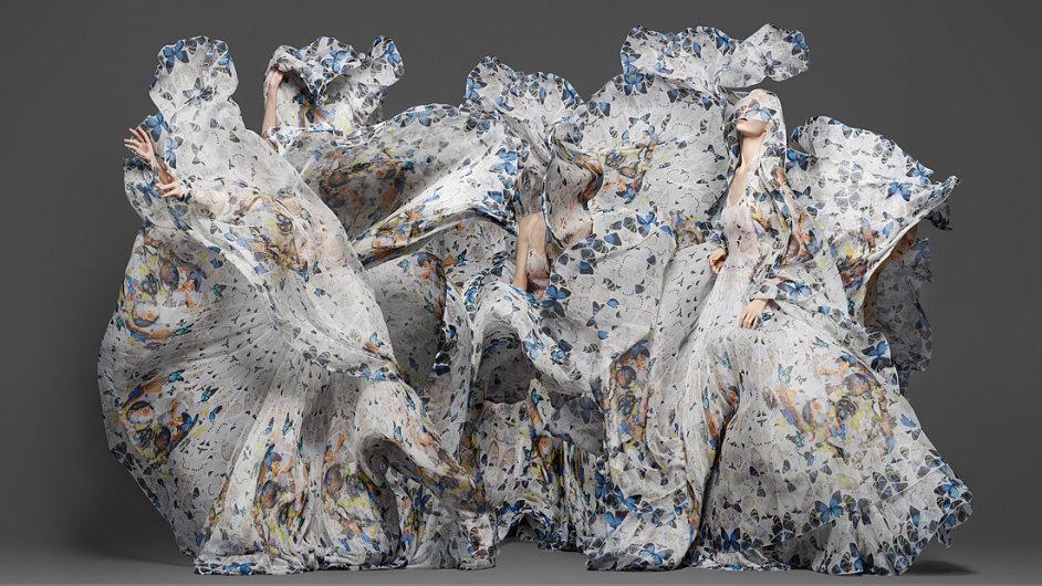Modelky předvádějí kolekci Damiena Hirsta