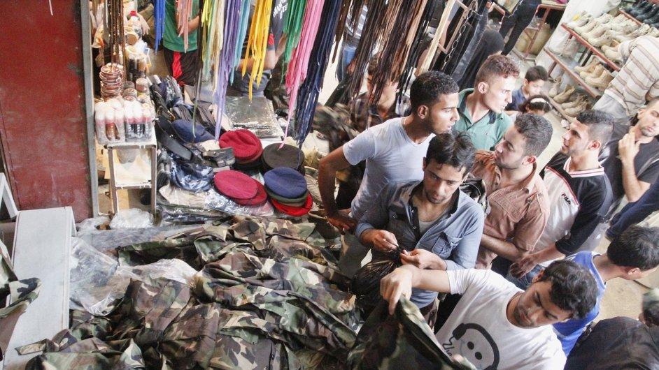 Iráčané nakupují uniformy pro boj proti radikálům
