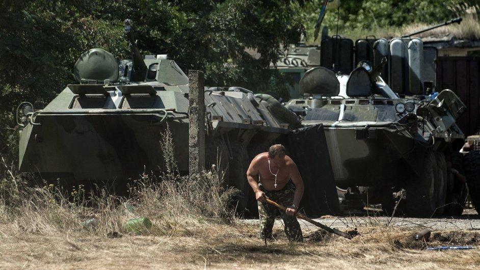 Ukrajinský voják připravuje bojovou pozici poblíž Doněcku