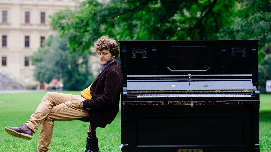Ondřej Kobza u jednoho ze svých pian. Teď k nim přibude veršomat.