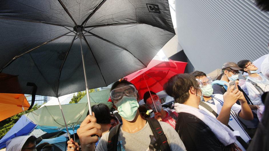 Demonstranti v Hongokongu se schovávají před slzným plynem