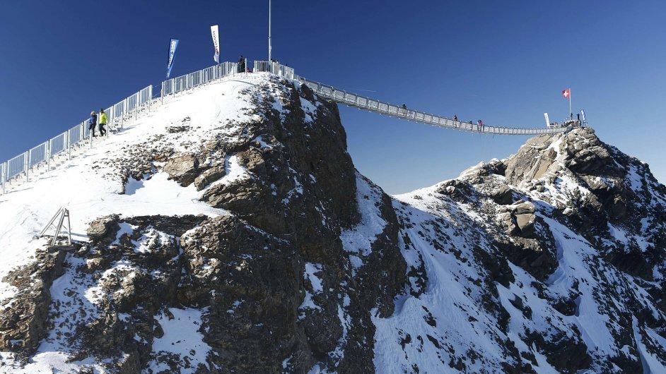 Most Peak Walk spojující dvojici vrcholů hory Scex Rouge je jediný svého druhu na světě
