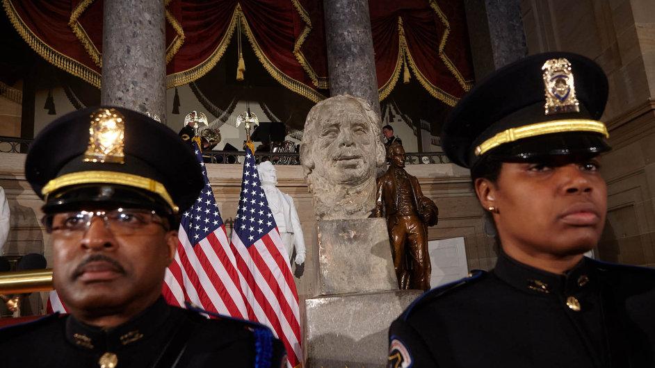 V budově amerického Kongresu byla k 25. výročí pádu železné opony odhalena busta bývalého československého a českého prezidenta Václava Havla.