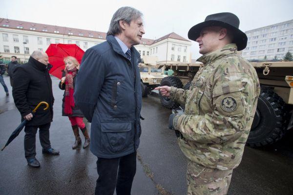 Ministr obrany Martin Stropnický s velitelem amerického konvoje Timem Peymentem .