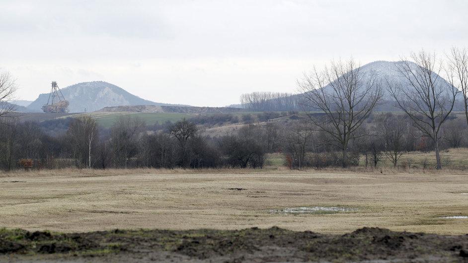 Těžební stroj v Dole Bílina při pohledu od Libkovic
