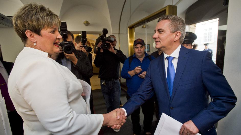 Kancléř prezidenta republiky Vratislav Mynář předal své majetkové přiznání poslankyni Věře Kovářové.