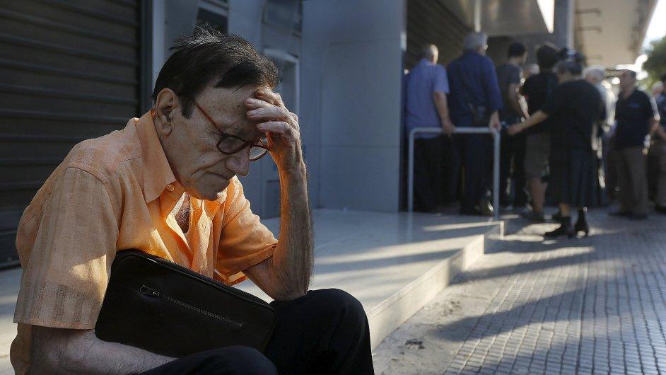 Řecká vláda uzavřela banky a omezila výběry z bankomatů