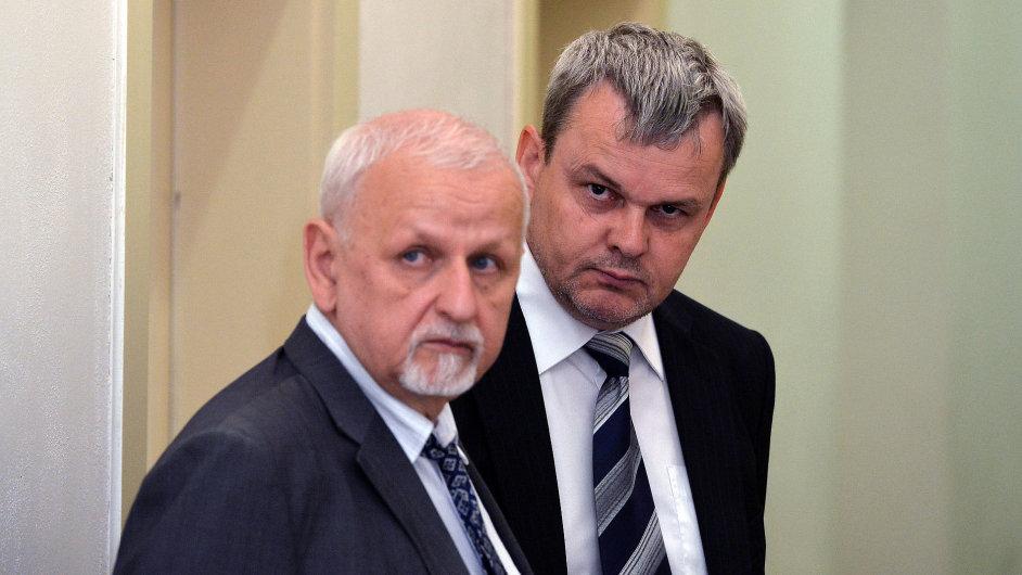 Vladislav Koval (vpravo), který čelí obvinění z přijetí úplatku.
