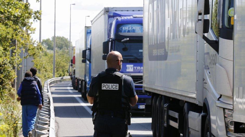 Policie zasahuje u nákladních aut ve francouzském Calais - Ilustrační foto.