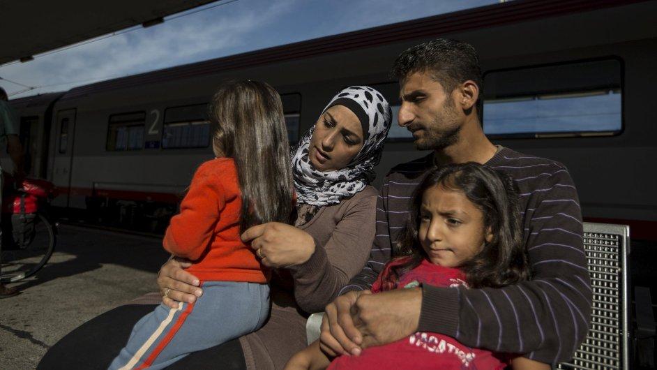 Syrská rodina čeká na vlak ve Vídni v Rakousku.