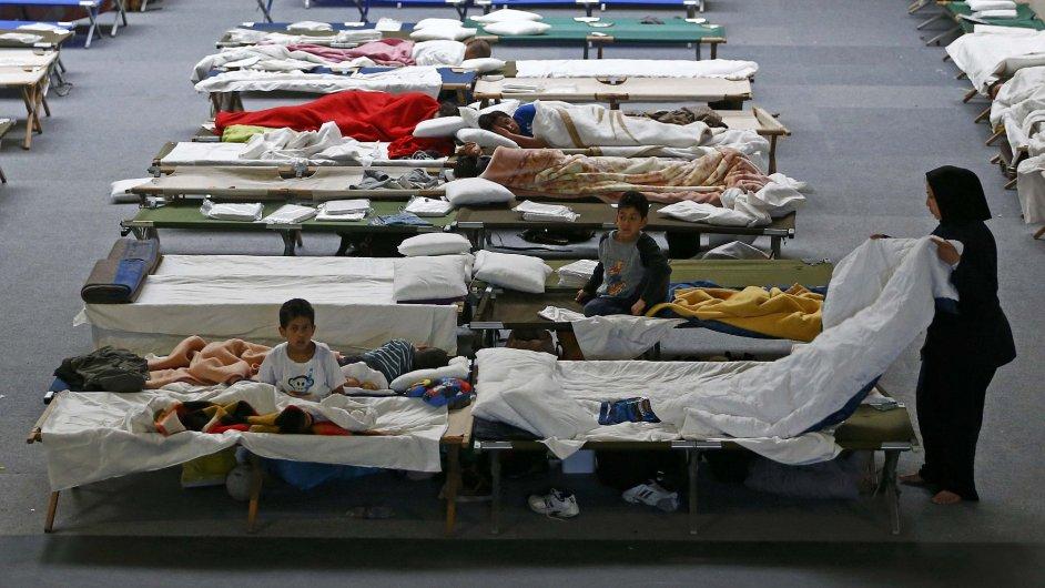 Dočasné zázemí pro uprchlíky ve sportovní hale v německém Hanau.
