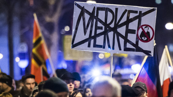 Protestuj�c� p�i protiuprchlick� demonstraci organizovan� populistickou stranou AfD.