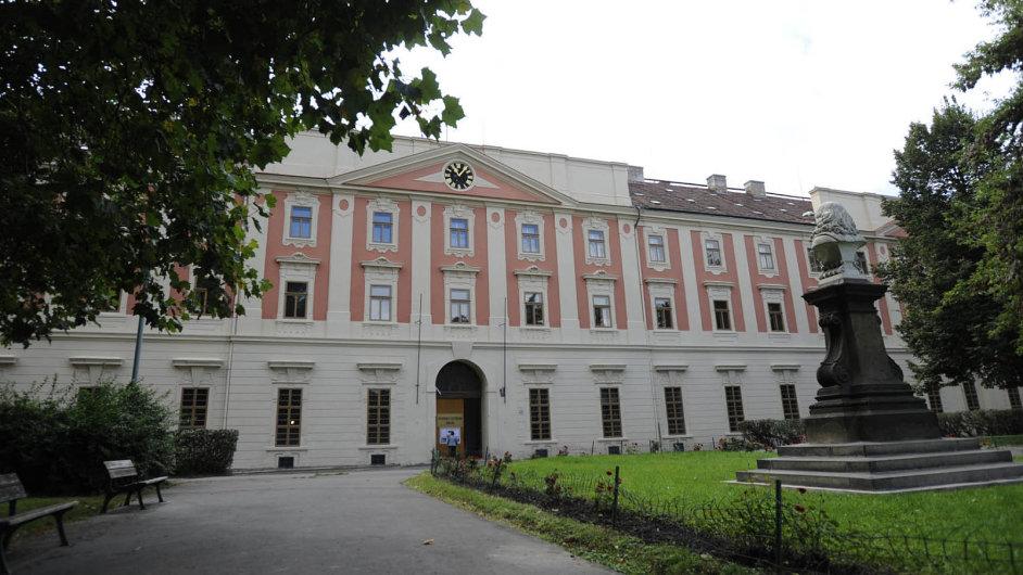 Zabarokní klenot označuje stát vbrožuře pro zahraniční investory budovu bývalé Invalidovny vpražském Karlíně. Prodat ji hodlá ještě letos.