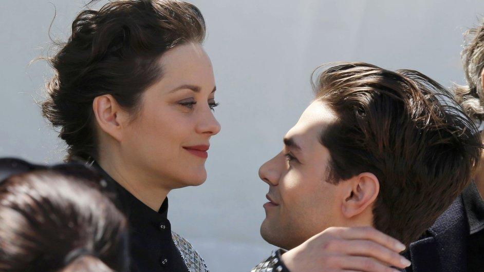 Režisér Xavier Dolan (vpravo) s herečkou Marion Cotillardovou v Cannes představili snímek Juste la fin du monde.