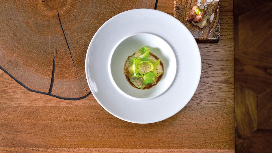 Kapusta, zelí, kmín, vepřový bůček. Ukázka jídla z restaurace La Degustation Boheme Bourgeoise