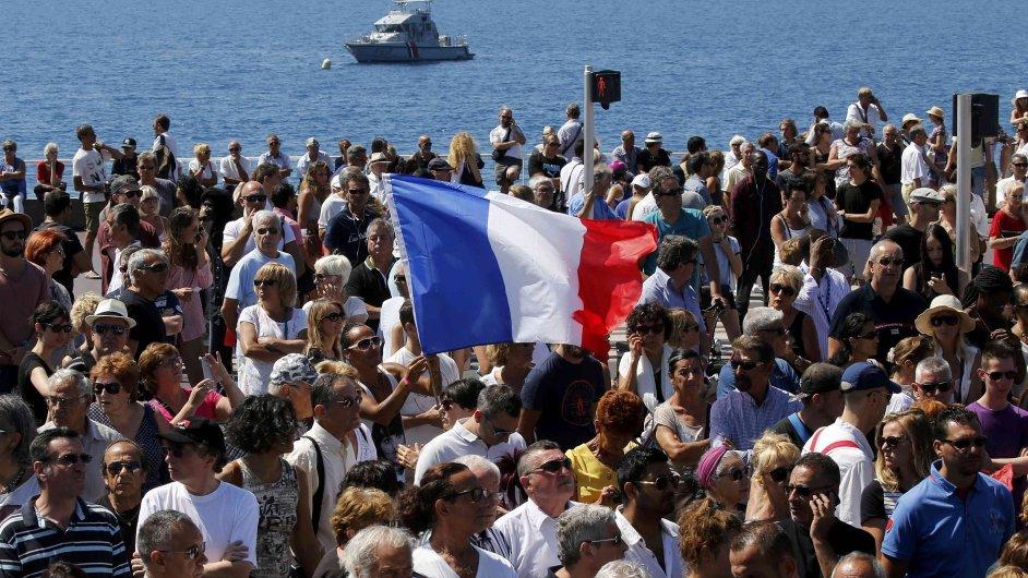 Francouzi uctili minutou ticha památku obětí útoku v Nice.