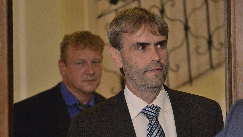 Bývalý šéf ÚOOZ Robert Šlachta a bývalý šéf ostravské expozitury Jiří Komárek před schůzí sněmovní vyšetřovací komise.