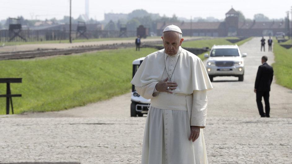 Papež František navštívil vyhlazovací tábor v Osvětimi.