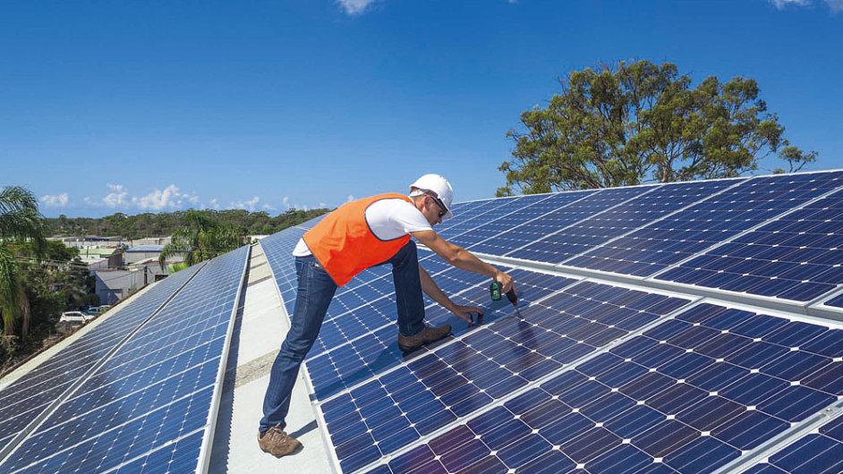 Fotovoltaiku čeká díky klesajícím cenám a zdokonaleným technologiím velký rozmach. U nás by měly najít uplatnění především na střechách.
